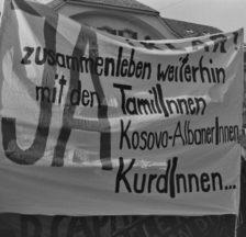 Transparent an der Demo gegen Zwangsmassnahmen im Ausländerrecht, Bern, 22.10.1994 (Gertrud Vogler)