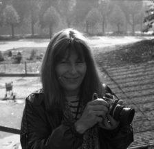 Gertrud Vogler mit Kamera auf dem Gelände des Autonomen Jugendzentrums Zürich, Oktober 1981 (Foto: Michel Fries; SozArch F 5111-013-012)