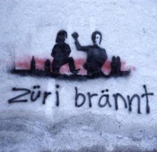 Auch im Bildarchiv des Sozialarchivs sind Graffiti aus den 1970er/80er Jahren zu finden, beispielsweise diese bekannte Sprayerei, die auch im besprochenen Buch abgebildet ist: «Züri brännt», Predigerkirche/Staatsarchiv am Predigerplatz, Dezember 1980 (SozArch F 5111-031-006).