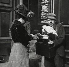 Planetenverkäufer mit Papagei zum Ziehen der Glückszettel, Wien, um 1910 (Emil Mayer; Wikipedia, gemeinfrei)