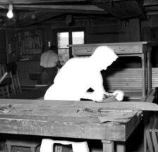 Junger Mann bei Hobelarbeiten in der Arbeitserziehungsanstalt Uitikon (Schocher ©, Staatsarchiv Aargau)