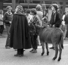 Pfarrer Ernst Sieber mit Esel an einer Demo während der Zürcher Jugendunruhen 1980 (Foto: Gertrud Vogler; SozArch F 5107-Na-10-024-016)