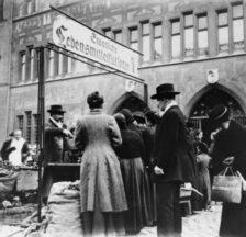 Verkaufsstelle der staatlichen Lebensmittelfürsorge auf dem Marktplatz in Basel, um 1916 (SozArch F Fc-0004-06, Foto: Benziger)