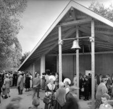 Erstmalig gab es an einer nationalen Ausstellung ein konfessionelles Programm und mit dem «SAFFA-Kirchlein» einen eigens dafür konzipierten Gottesdienstraum (SAFFA 1958, SozArch F Fd-0003-47)