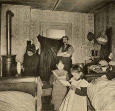 Enge Wohnverhältnisse in einer Arbeiterwohnung in Zürich im Jahr 1909, fotografiert für die Schweizerische Heimarbeiterausstellung (SozArch F 5068)