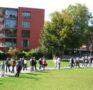 """Stadtpark von Uster, im Hintergrund die Wohnsiedlung """"Im Lot"""""""