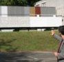 Der Architekt Oliver Hagen zeigt Fassadenfarbmuster vor Ort
