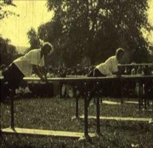 Frauen beim Barrenturnen am SATUS-Fest 1923 in Zürich (Filmstill)