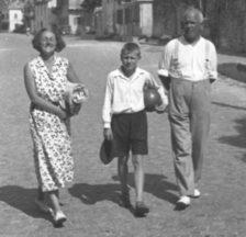 Robert Grimm mit seiner Frau Jenny und Sohn, um 1930