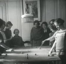 Pensionärinnen spielen Tisch-Croquet im Neuen Töchterheim Zürich, um 1920