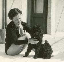 Ellen Rifkin Hill mit ihrem geliebten Pudel (Signatur: Sozarch_F_5052-Fa-033)