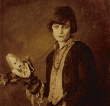 Emmy Hennings mit selbst gefertigter Puppe. Postkarte auf der Rückseite beschriftet: 1916 Cabaret Voltaire. Nachlass Hennings im Schweizerischen Literaturarchiv SLA, Bern