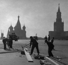 Vorbereitungsarbeiten zur 1.-Mai-Feier auf dem Roten Platz in Moskau, 1937