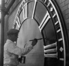 Renovationsarbeiten an der Kirchenuhr Bühl, Zürich, 1940/50er Jahre (F_5100-Fx-01-001)