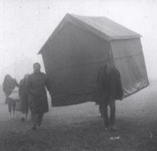 Bewohner Banja Lukas tragen nach dem Erdbeben im Herbst 1969 eine behelfsmässige Behausung an ihren Standort (Filmstill).