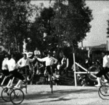 Saalsport: Allein oder in Gruppen werden kunstvoll-akrobatische Figuren gefahren (Videostill, 1932)