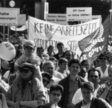 Demonstration gegen Lohnabbau in Zürich, 7. Juli 1994. Slogan: «So nicht, Stadtrat !! Wir fordern den ganzen 13ten. VPOD»