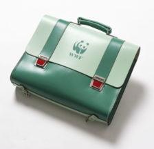 Ab den späten 1960er Jahren hat der WWF die Schweizer Haushalte mit Hunderten von Gebrauchsgegenständen ausgerüstet, die über die WWF-eigenen Shops bezogen werden konnten. - Schulthek aus den 1970er Jahren.