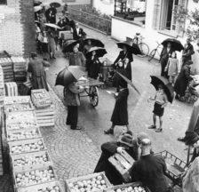 Abgabe verbilligter Äpfel, 1943 (Fotografie: Hans Emil Staub)