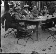 Erfrischung nach dem Kongress der Internationale 1893:  Sozialistische Prominenz im Garten des Wirtshauses Löwen in Bendlikon.